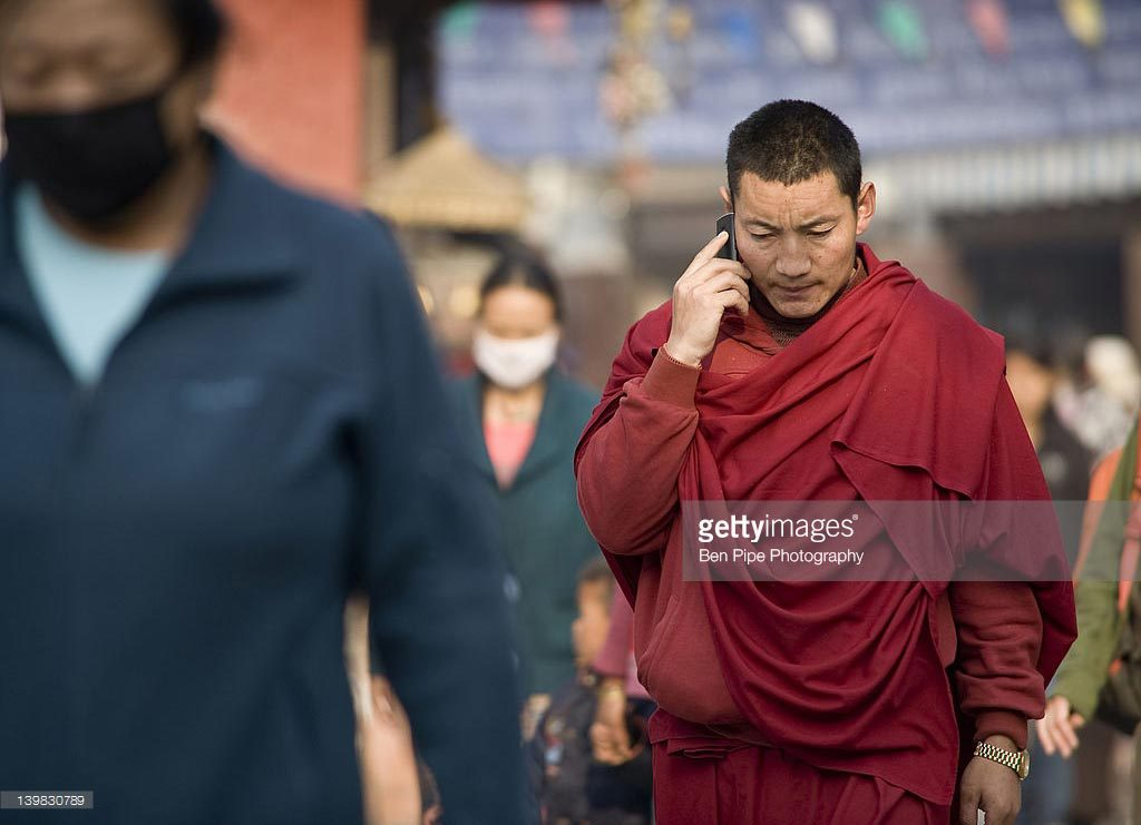 Foto ilustrasi: http://www.gettyimages.com/detail/photo/monk-on-mobile-phone-boudha-kathmandhu-high-res-stock-photography/139830789
